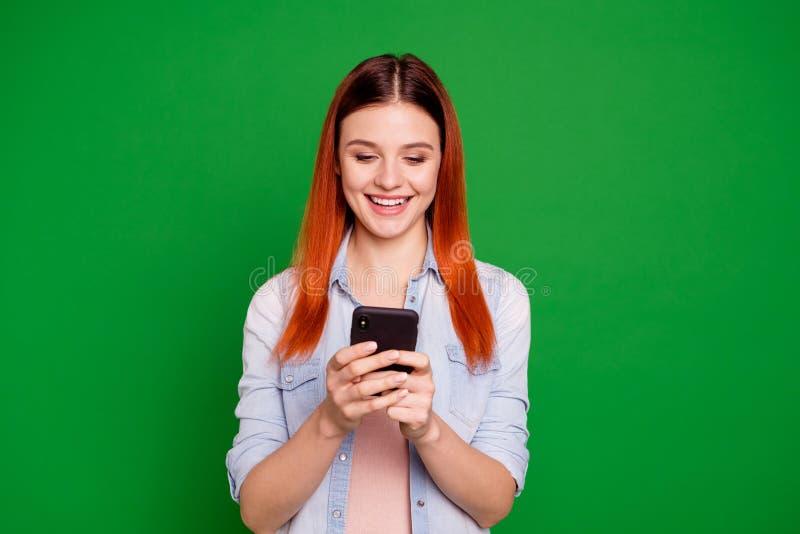 Porträt von interessierten angespornten hübscher jugendlich Jugendlicher lokalisierten Gebrauchsbenutzergerätblog Blogger-Suchinf lizenzfreies stockfoto