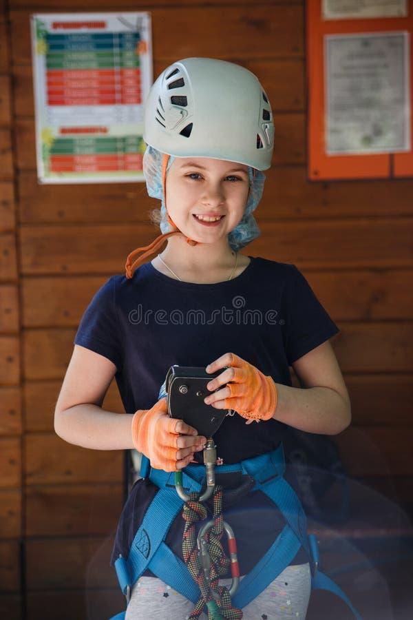 Porträt von 8 Jahren alten Mädchen im Walderlebnispark Spielplatz im Freien mit Seilweise stockbild