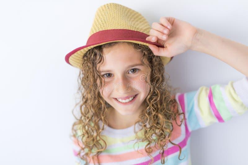 Porträt von 9 Jahren alten Mädchen mit dem gelockten Haar, auf Grau lizenzfreie stockbilder