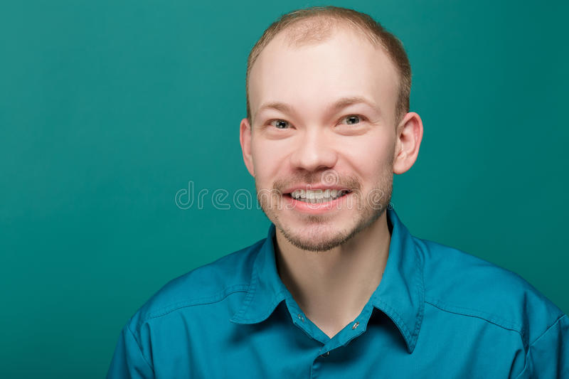 Porträt von junge erfolgreiche lächelnde Doktoren auf blauem Hintergrund lizenzfreies stockfoto