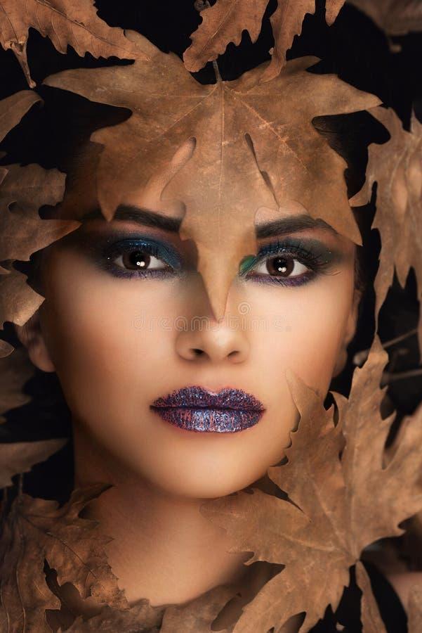 Porträt von jungem Oman über Herbsthintergrund Gesundheitswesen-, Make-up und Face lifting-Konzept lizenzfreie stockfotos
