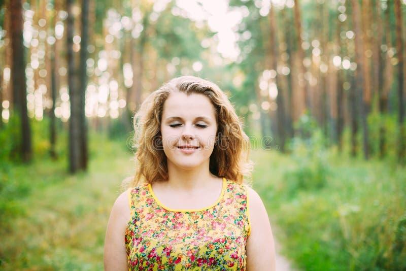 Porträt von jungem recht plus Größen-kaukasische glückliche Mädchen-Frau mit geschlossenen Augen, stockbilder