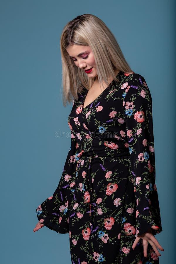 Porträt von jungen Blondinen der Mode im Blumenkleid lizenzfreie stockfotos
