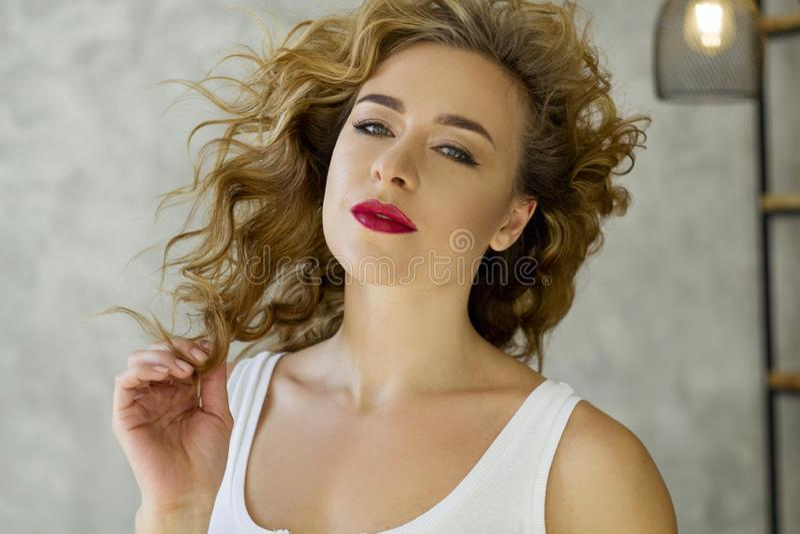 Porträt von jungen Blondinen am hellen Wohnzimmer lizenzfreie stockbilder