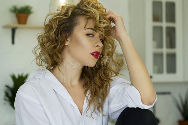 Porträt von jungen Blondinen am hellen Wohnzimmer stockfoto