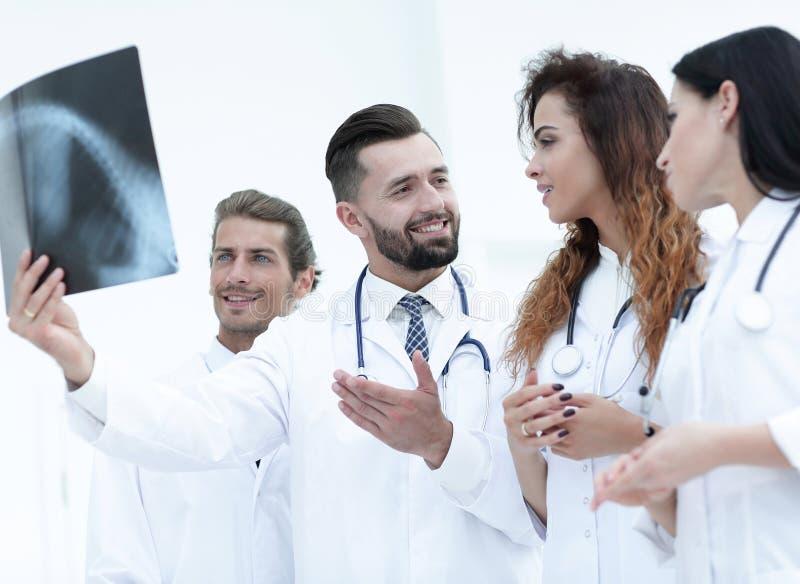 Porträt von jungen männlichen Doktoren, die Röntgenstrahl betrachten lizenzfreies stockbild
