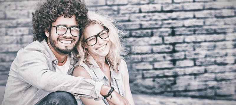 Porträt von jungen Paaren in den Schauspielen lizenzfreie stockfotografie