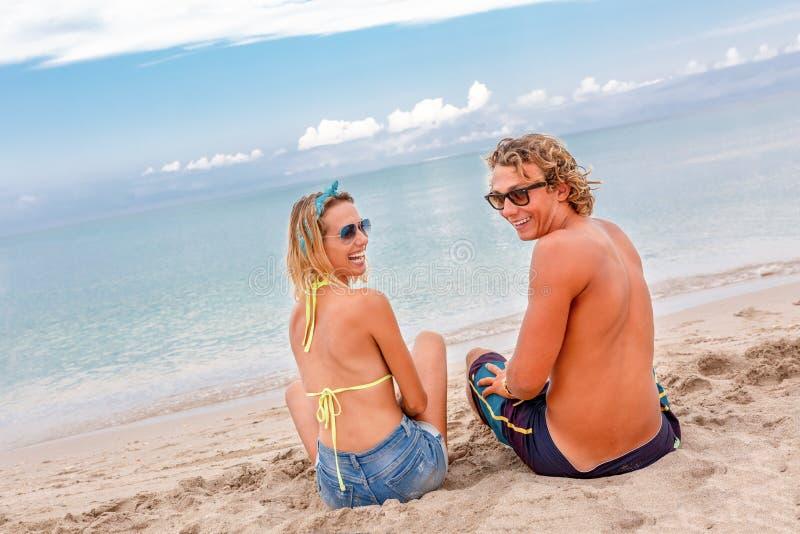 Porträt von jungen Paaren in der Liebe am Strand und von genießen Zeit, die zusammen ist Junge Paare, die Spaß auf einer sandigen stockfotos