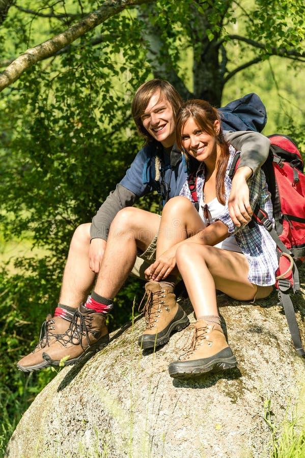Porträt von jungen Paaren der Wanderer draußen lizenzfreie stockbilder