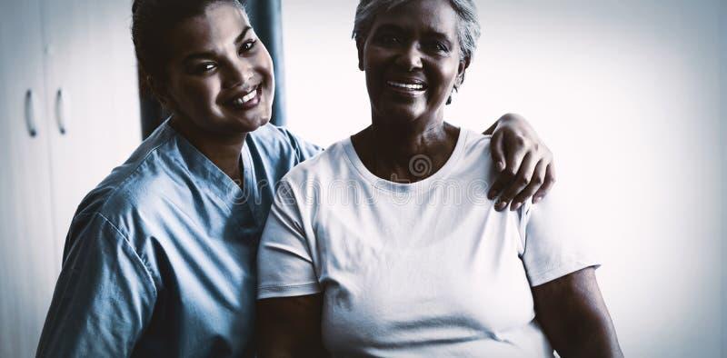Porträt von Jungen pflegen mit Patienten im Pflegeheim stockfoto