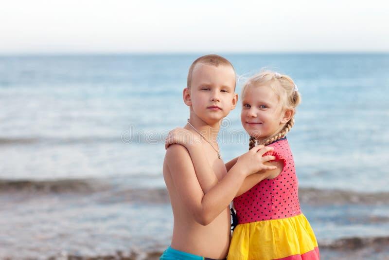Porträt von Kindern auf dem Strand lizenzfreies stockbild