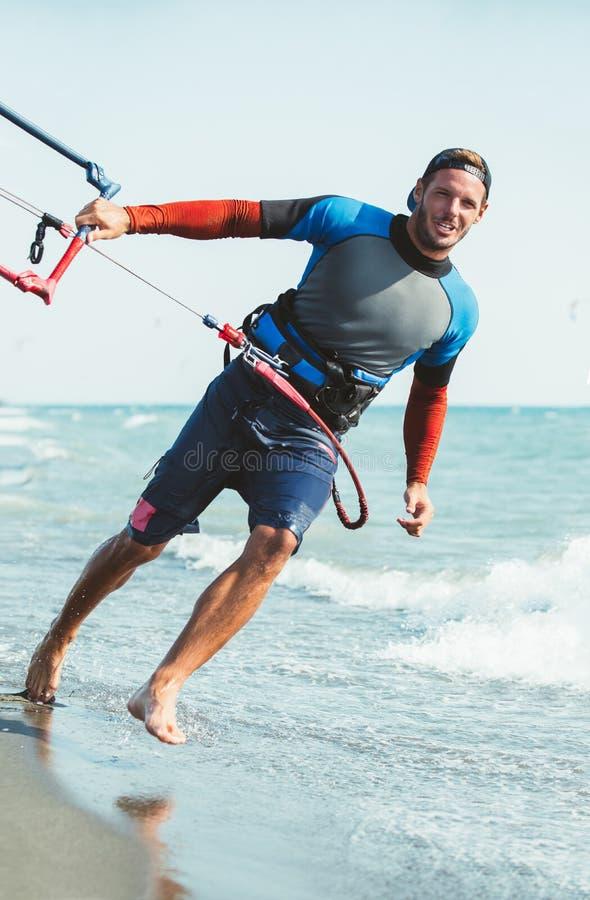 Porträt von kitesurfer des gutaussehenden Mannes lizenzfreie stockfotos