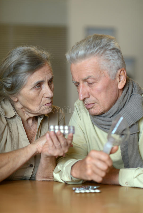 Porträt von kranken älteren Paaren lizenzfreies stockfoto