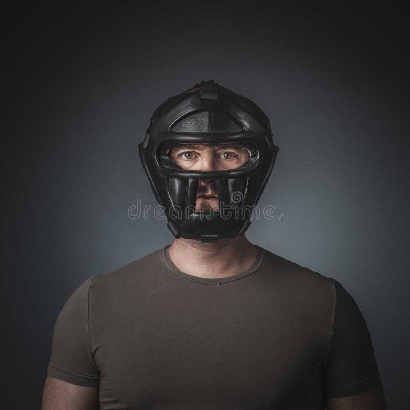 Porträt von krav maga Praktiker auf grauem Hintergrund stockfotografie