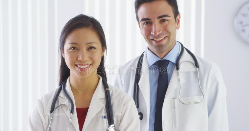 Porträt von Lächeln mit zwei Doktoren lizenzfreie stockfotografie
