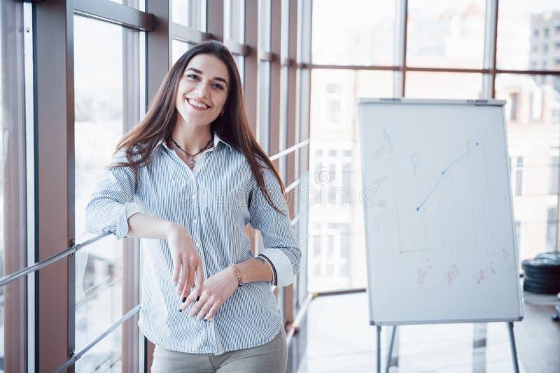 Porträt von lächeln recht junge Geschäftsfrau auf Arbeitsplatz stockbilder
