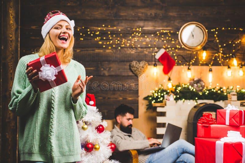 Porträt von lächelnden Freunden der Gruppe Wintervorabendnachtgefühlreaktionen Winterleute, die roten Santa Claus-Hut tragen glüc stockbilder