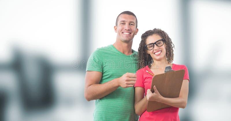 Porträt von lächelnden Geschäftsleuten mit Klemmbrett lizenzfreie stockbilder