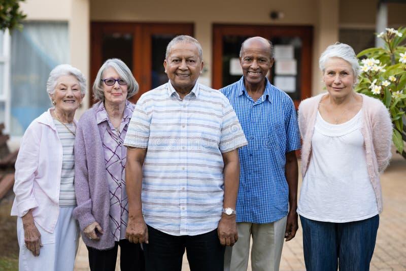Porträt von lächelnden Senioren lizenzfreie stockbilder