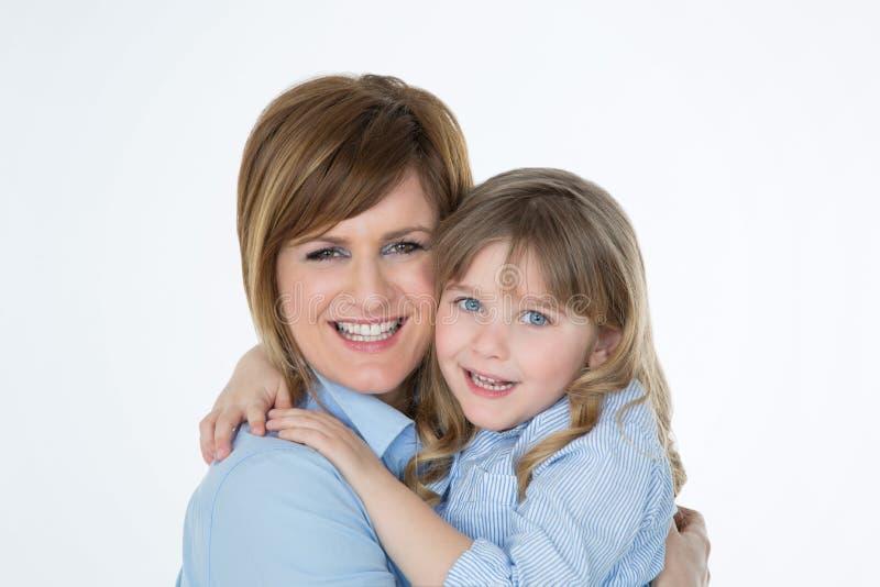 Porträt von lächelnden weiblichen Paaren auf weißem Hintergrund lizenzfreies stockfoto