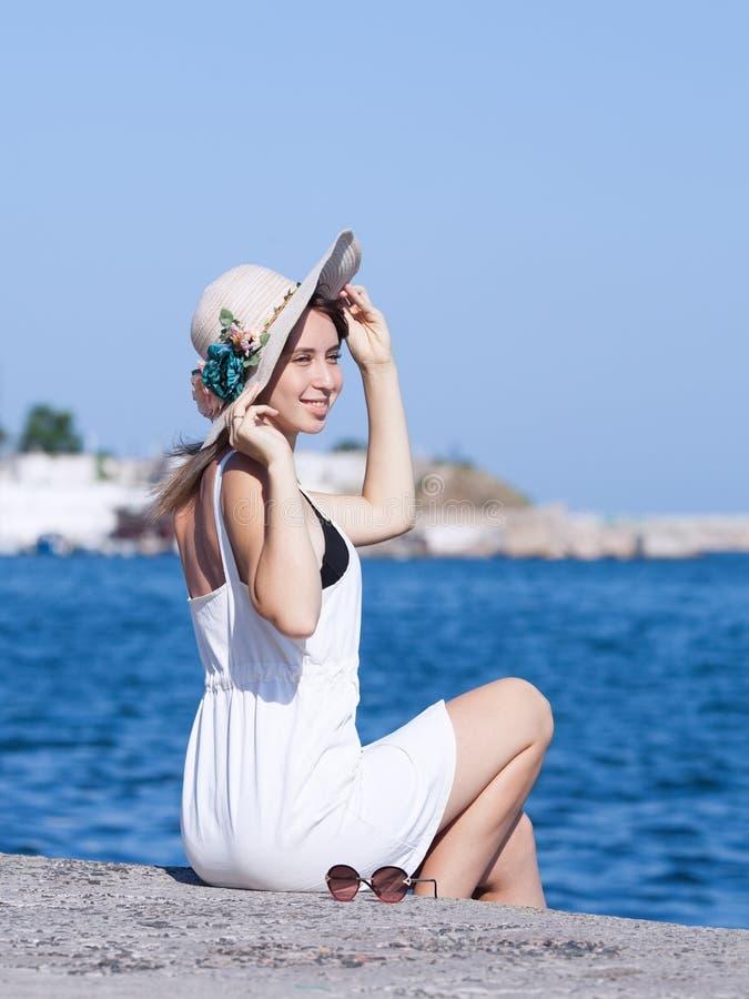 Porträt von langhaarigen Blondinen auf städtischem Strand lizenzfreie stockfotos
