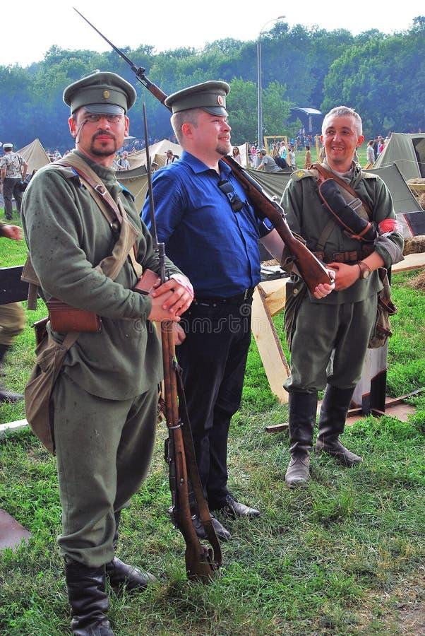 Porträt von Leuten in den historischen Kostümen, halten sie Gewehre lizenzfreie stockfotografie