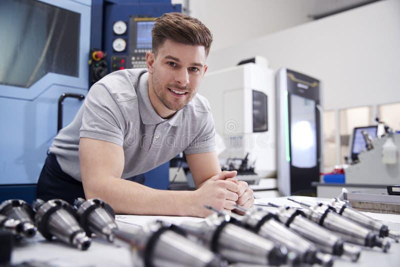 Porträt von männlichen Zeichnungen Ingenieur-With CAD in der Fabrik stockfotografie
