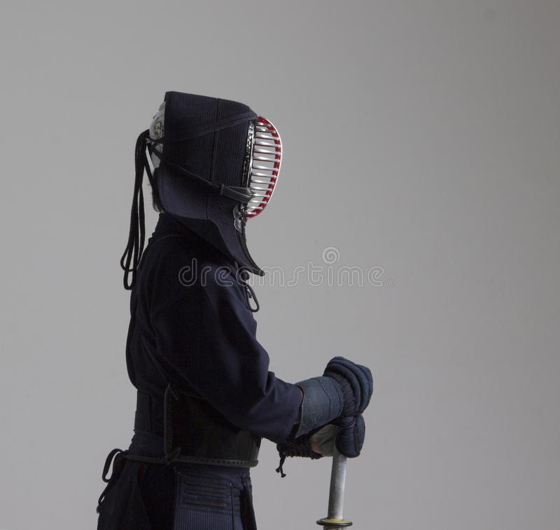 Porträt von Mann kendo Kämpfer mit shinai Geschossen im Studio stockfoto