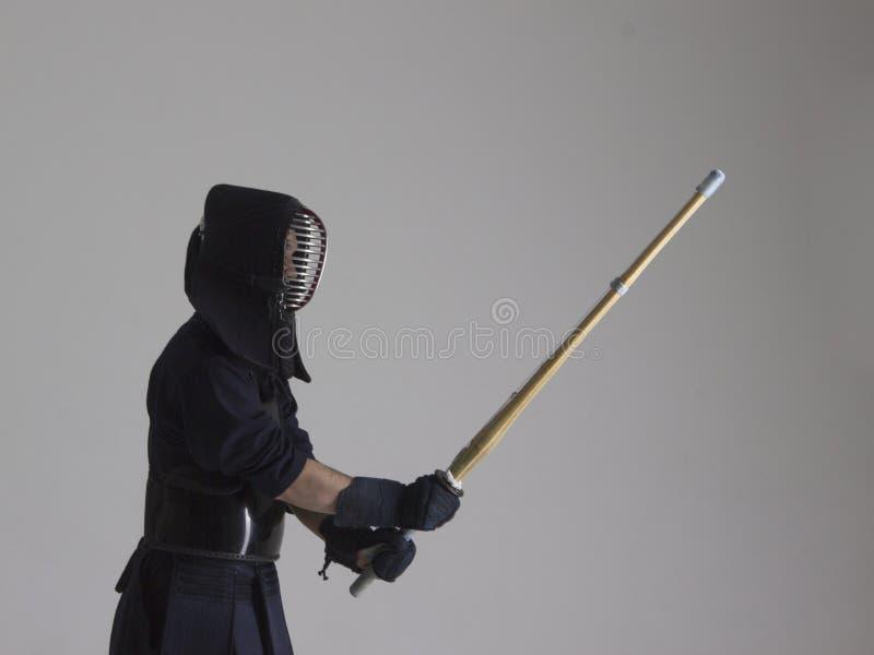 Porträt von Mann kendo Kämpfer mit shinai Schönes Tanzen der jungen Frau der Paare lizenzfreie stockfotografie
