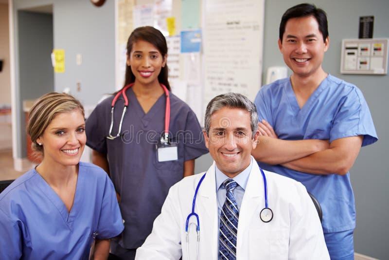 Porträt von medizinischem Team At Nurses Station lizenzfreie stockbilder