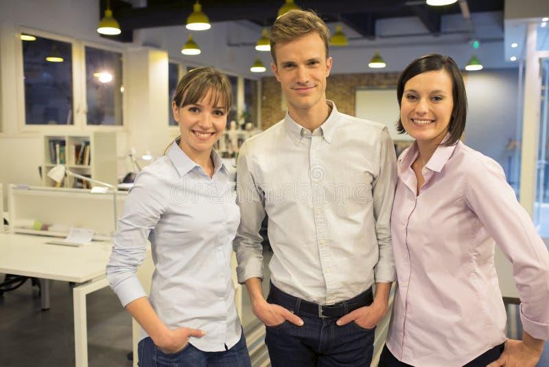 Porträt von 3 Mitarbeitern im Start lizenzfreies stockfoto