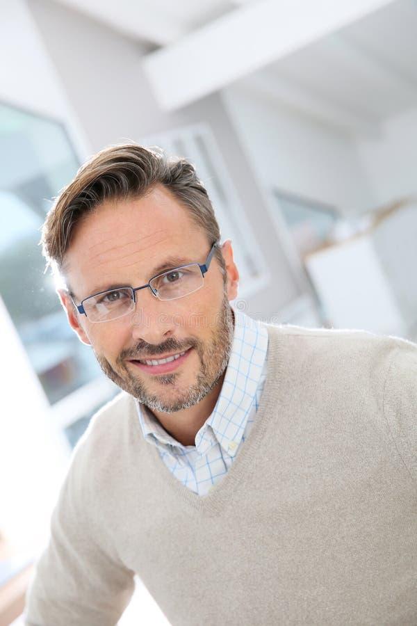 Porträt von mittlerem Alter tragenden Brillen des hübschen Mannes stockbilder