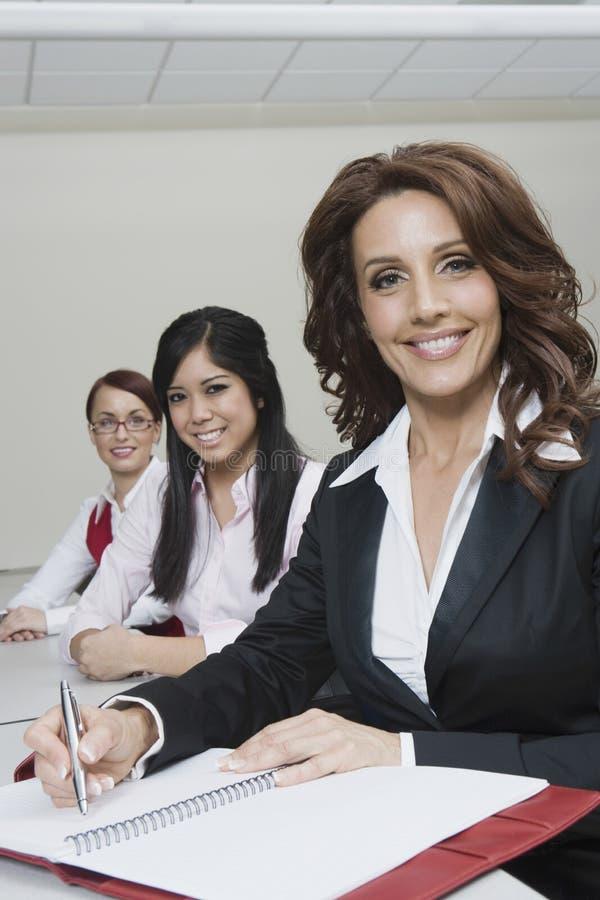 Porträt von multiethnischen Geschäftsfrauen stockbilder