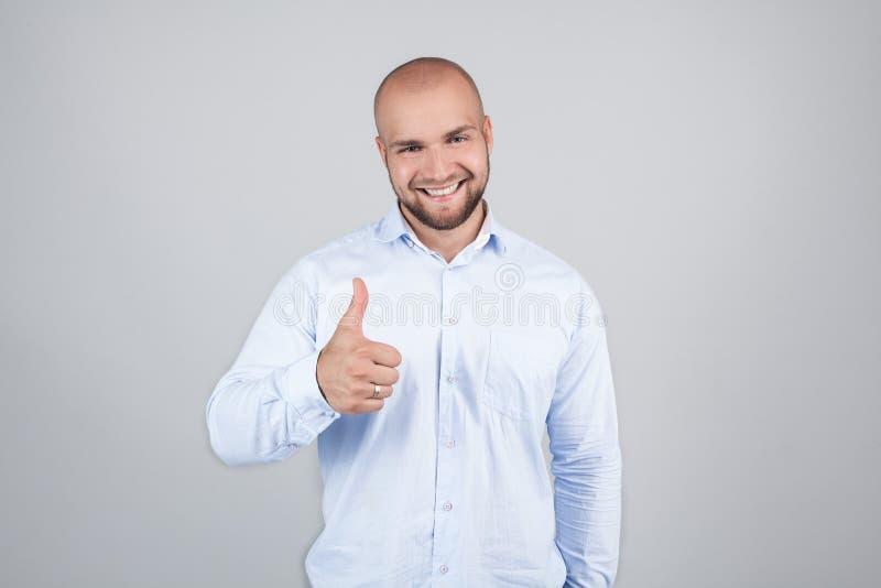 Porträt von nettem herrlichem aufgeregtem frohem hübschem mit dem Strahlen des toothy glänzenden Lächelnmannes, der blaues stilvo stockbild