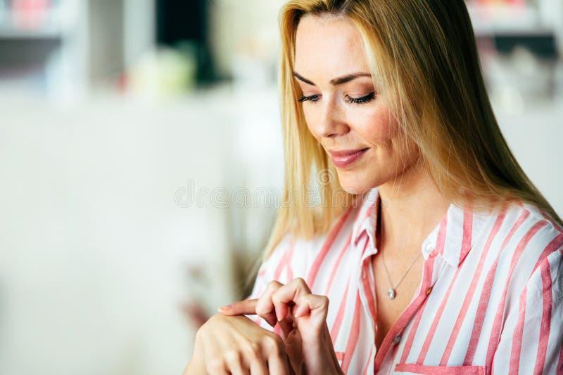 Porträt von netten jungen schönen Blondinen lizenzfreies stockbild