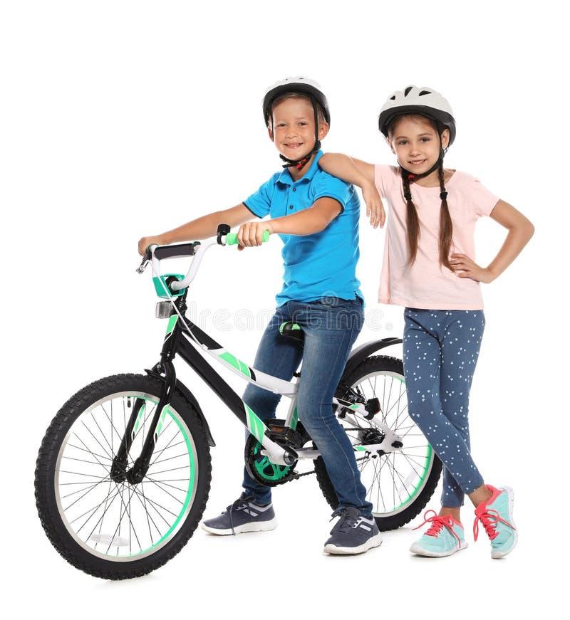 Porträt von netten kleinen Kindern mit Fahrrad stockbilder