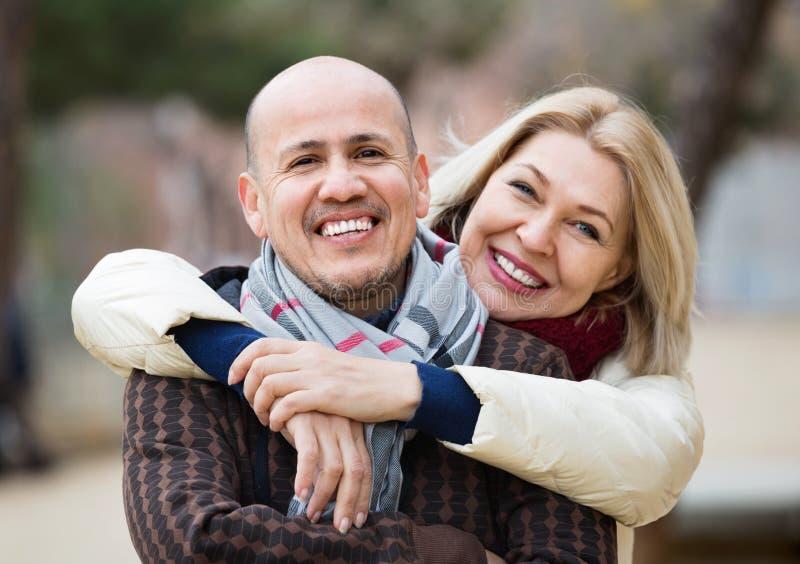 Porträt von netten lächelnden reifen Paaren am Herbsttag stockbild