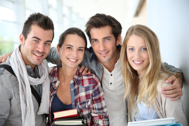 Porträt von netten Studentenfreunden stockfotografie