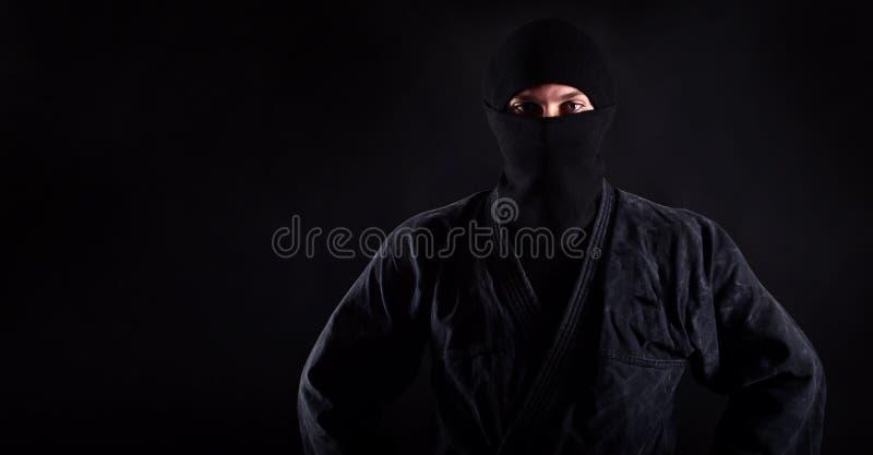Porträt von ninja Samurais mit blauen kaukasischen Augen lizenzfreie stockbilder
