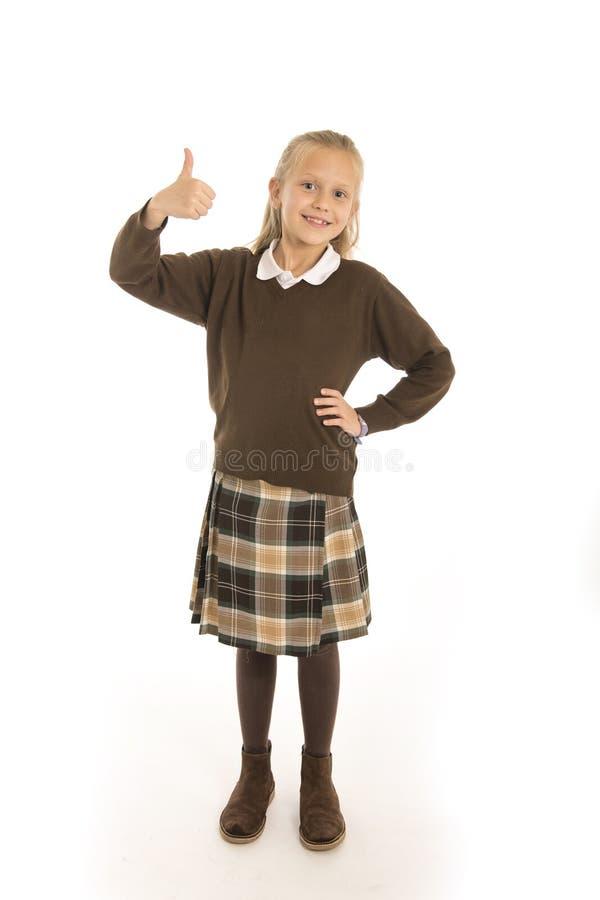 Porträt von 7 oder 8 Jahren altes weibliches Kind des schönen und glücklichen Schulmädchens in lächelndem nettem der Schuluniform lizenzfreies stockbild