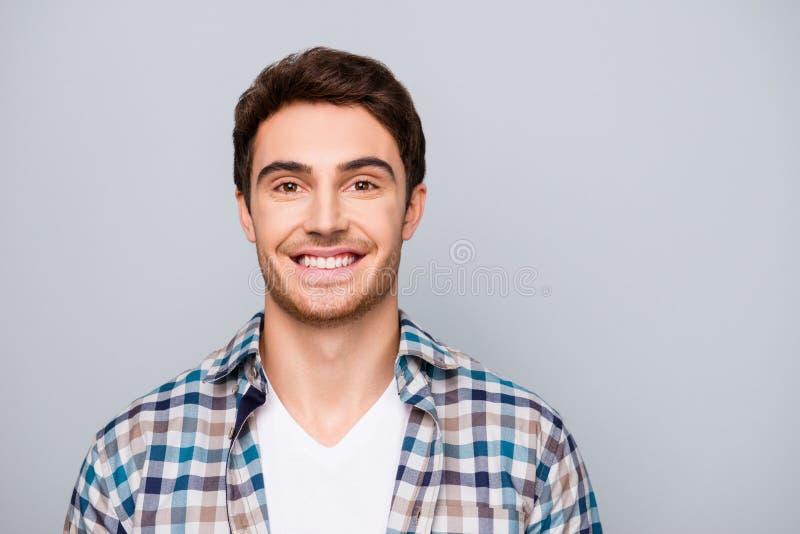Porträt von positivem, lächelnd, netter, netter Darm im karierten Hemd lizenzfreie stockfotos