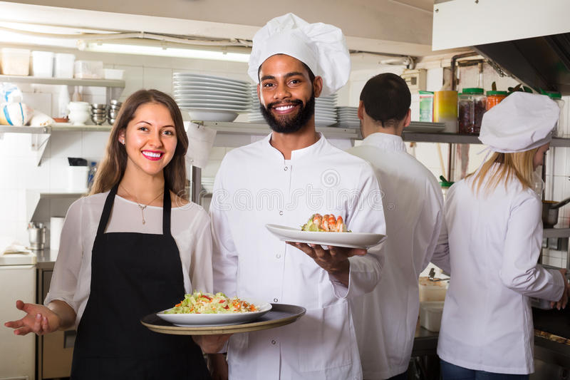 Porträt von positiven Küchenarbeitskräften lizenzfreies stockbild