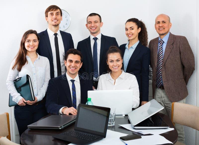 Porträt von Positivlächelnden Unternehmensmanagern lizenzfreie stockfotografie