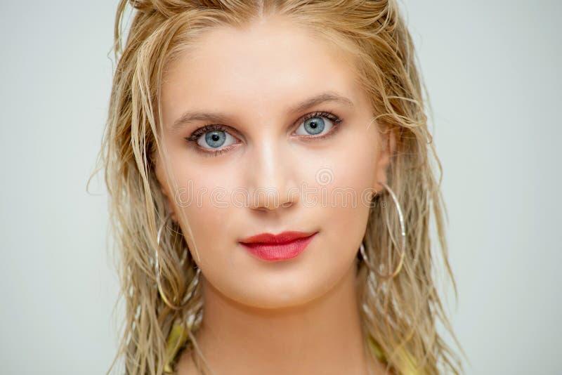 Porträt von recht blondem mit blauen Augen lizenzfreies stockbild