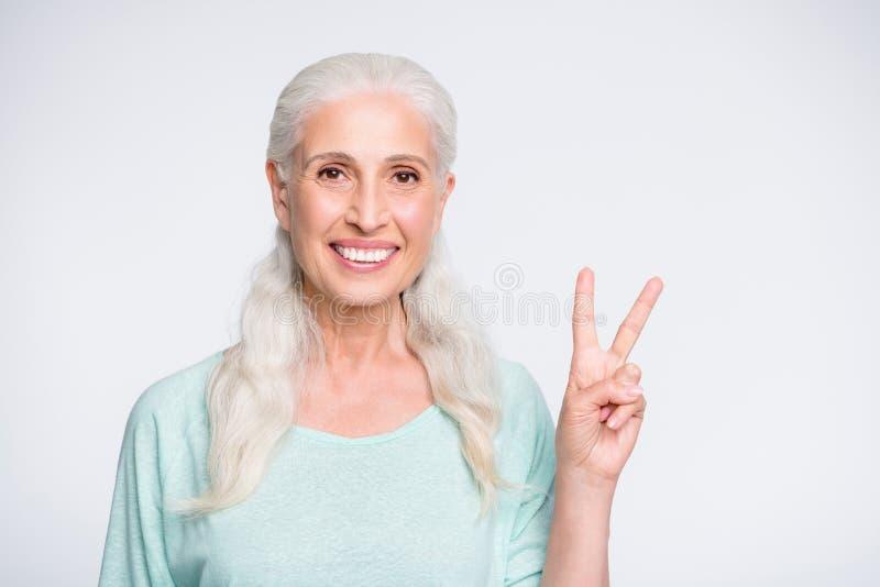 Porträt von reizend Dame, die das Schauen die lächelnde Herstellung der Kamera aß, v-singt lokalisiert über weißem Hintergrund lizenzfreie stockbilder