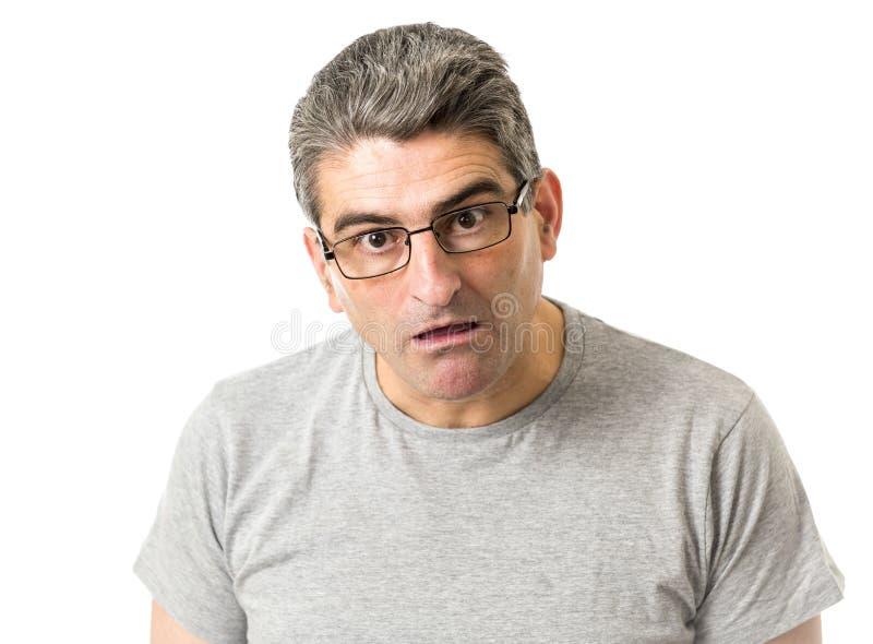 Porträt von 40s sonderbar und Sonderlingsmann auf Gläsern in der lächerlichen Schwelle stockbild