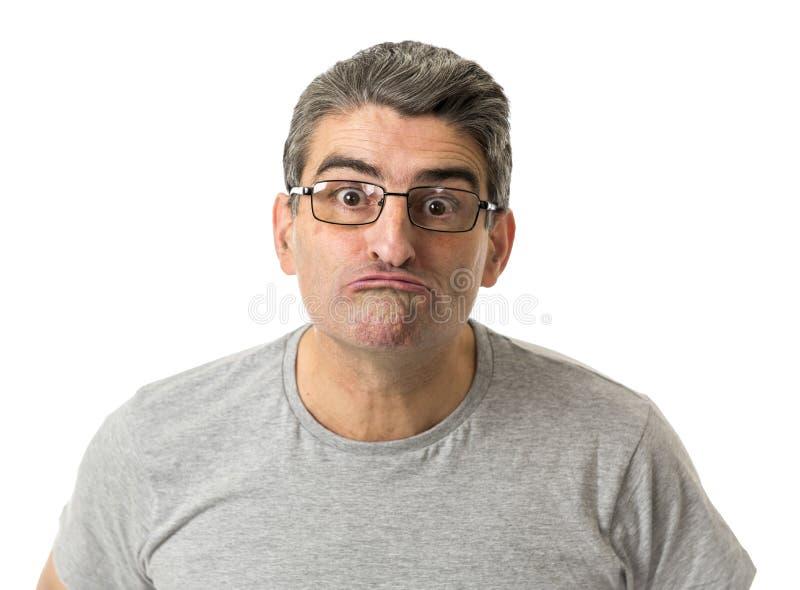 Porträt von 40s sonderbar und Sonderlingsmann auf Gläsern in der lächerlichen Schwelle stockfotografie