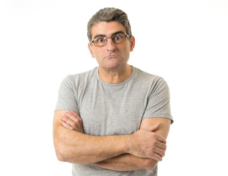 Porträt von 40s sonderbar und Sonderlingsmann auf Gläsern in der lächerlichen Schwelle lizenzfreies stockfoto