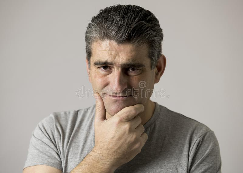 Porträt von 40s zu 50s traurig und zum besorgten Mann, der frustriert und im Druck- und Sorgengesichtsausdruck lokalisiert hoffnu lizenzfreies stockbild