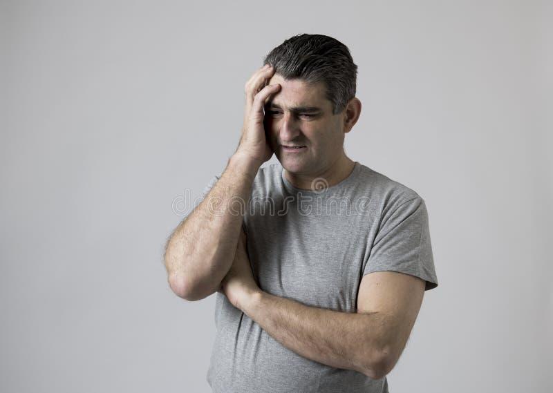 Porträt von 40s zu 50s traurig und zum besorgten Mann, der frustriert und im Druck- und Sorgengesichtsausdruck lokalisiert hoffnu lizenzfreie stockfotografie